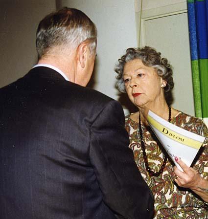 På årsmötet 1999 blev Monica Carlerot utsedd till hedersmedlem i klubben och tar emot diplomet av Leif O Rohlin.