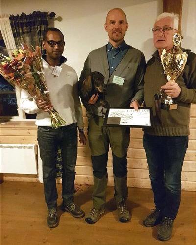 Carl mottar priset för bästa tax vid Drev-SM. (Bilden lånad från Carls egen Facebook-sida)